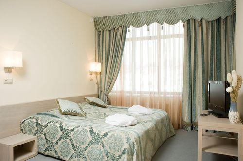 Комфортный люкс с большой двухместной кроватью в гостинице Аквариум